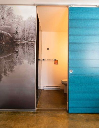 Chambre #1 - vue porte de salle de bain | Hébergement à Sutton, Estrie | Auberge Sutton Brouërie