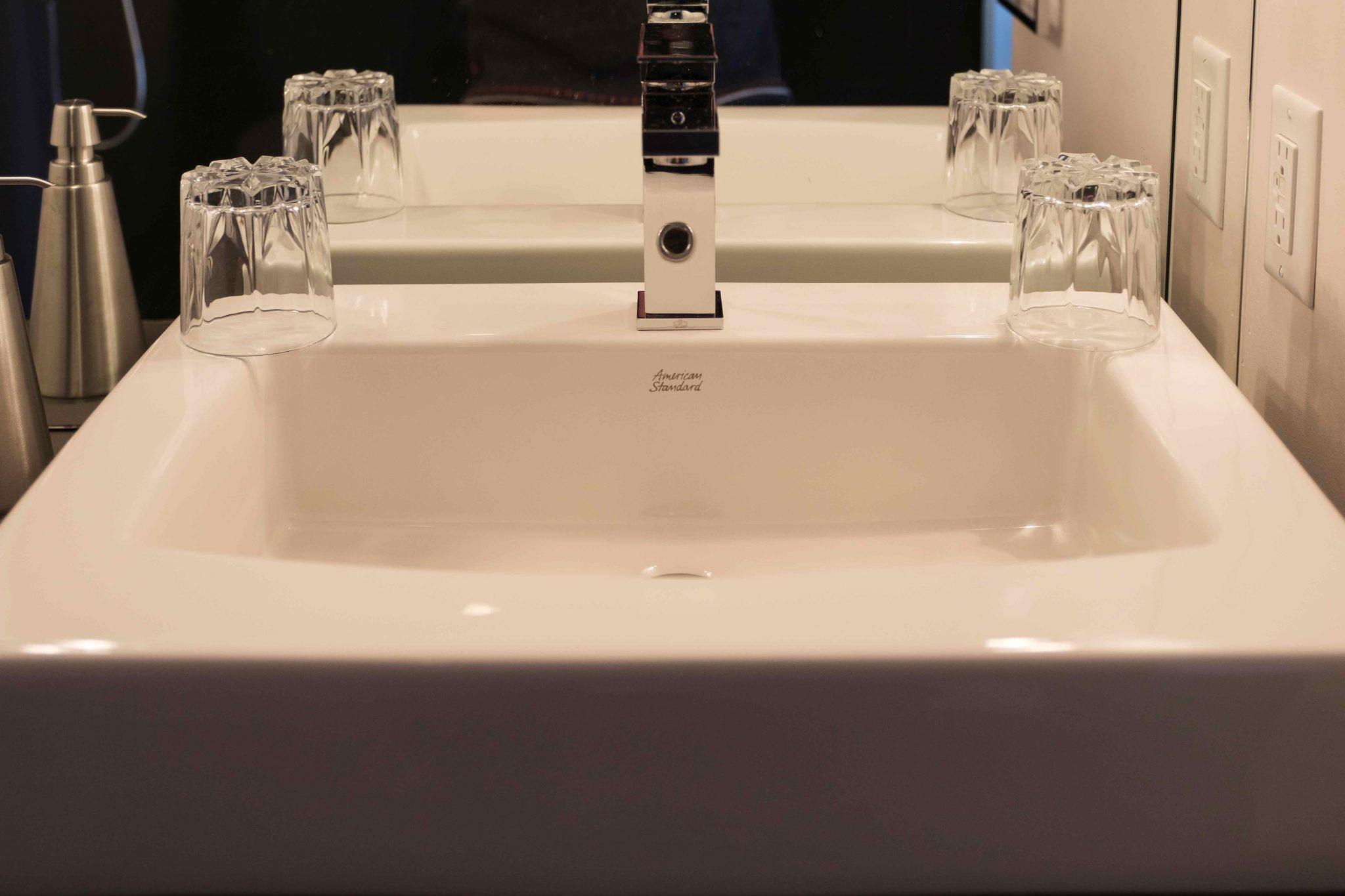 Chambre #1 - Lavabo salle de bain | Hébergement à Sutton, Estrie | Auberge Sutton Brouërie