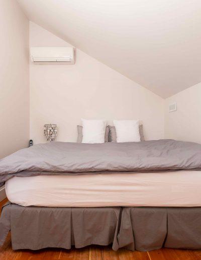 Chambre #1 - Mezzanine - vue lit | Hébergement à Sutton, Estrie | Auberge Sutton Brouërie