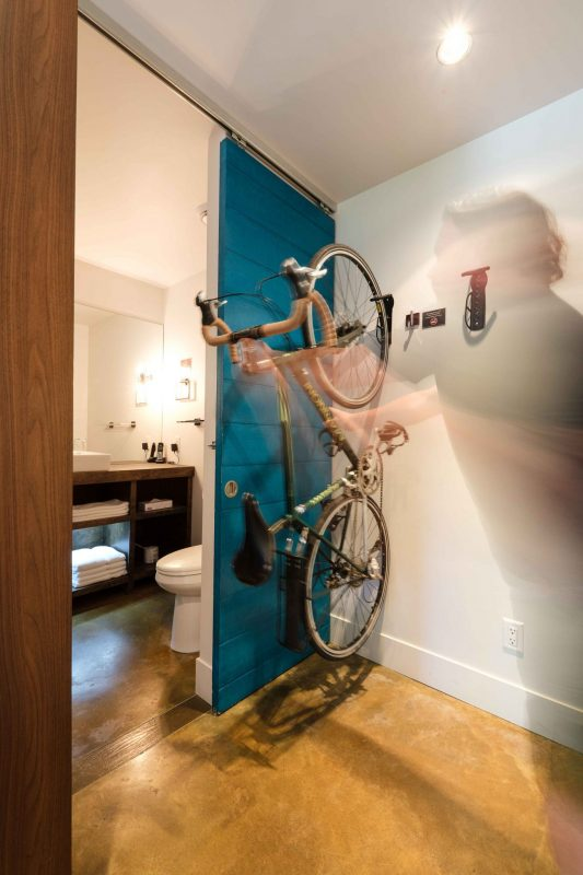 Chambre #2 - Vélo au mur | Hébergement à Sutton, Estrie | Auberge Sutton Brouërie
