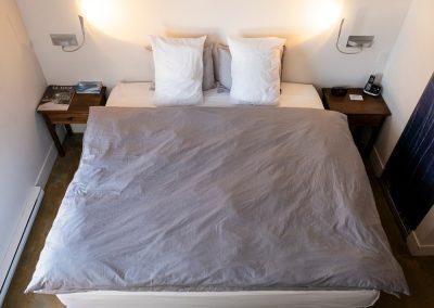 Chambres #5-6-7-8 - Rez-de-chaussée - Vue lit | Hébergement à Sutton, Estrie | Auberge Sutton Brouërie